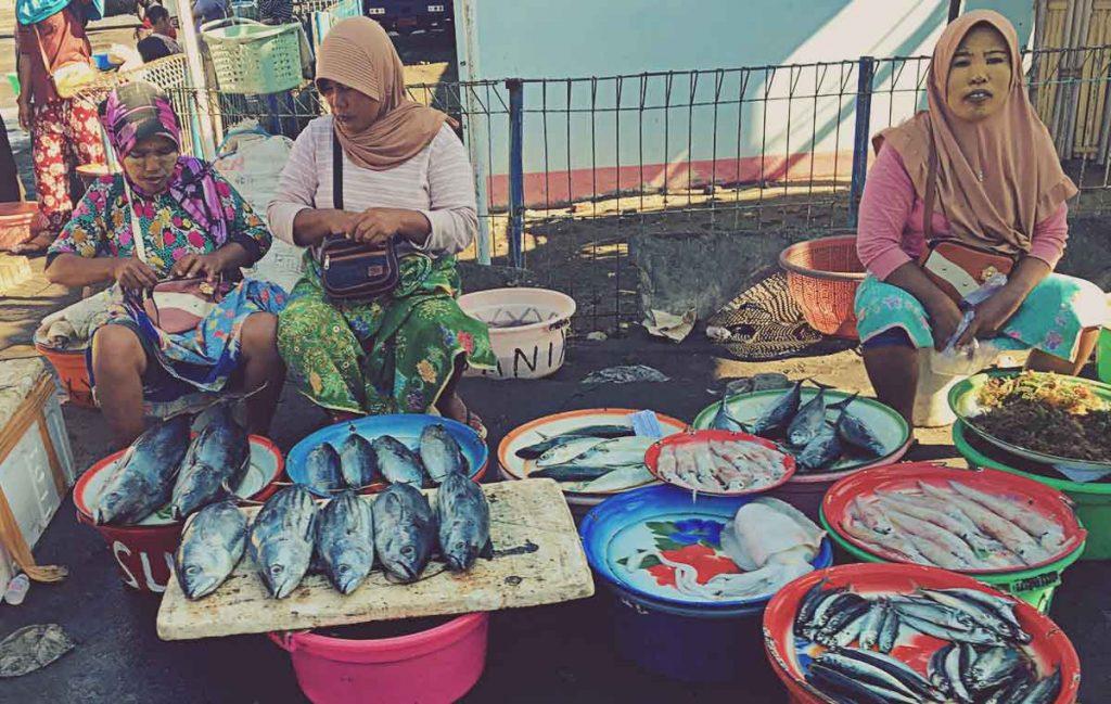 Venta de pescado en la calle en Lombok