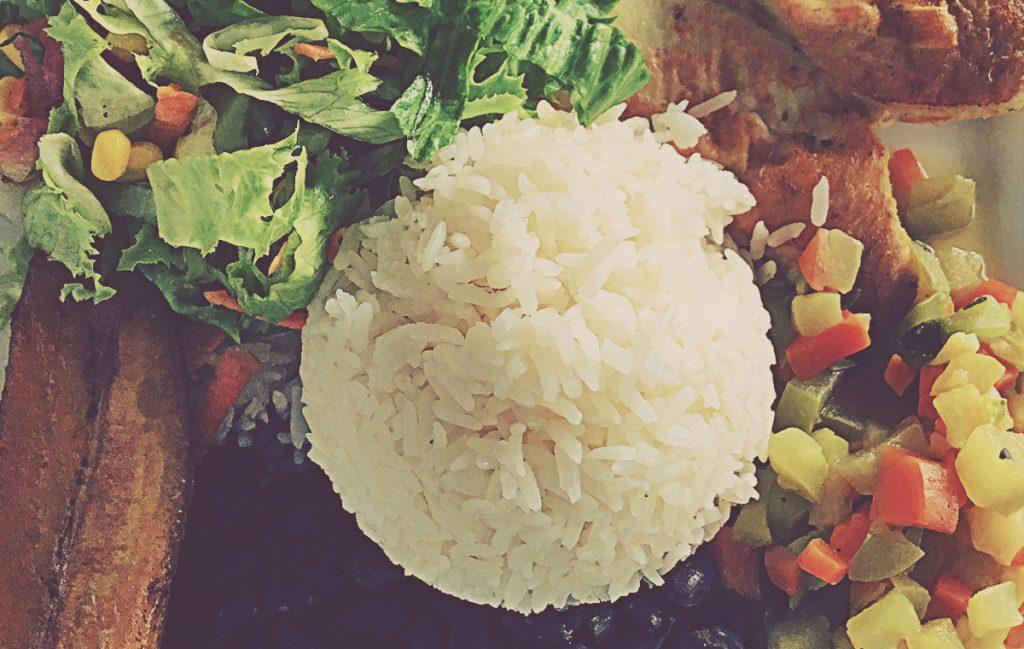 Casado con pollo, arroz, ensalada, verdura, alubias y plátano frito. Costa Rica