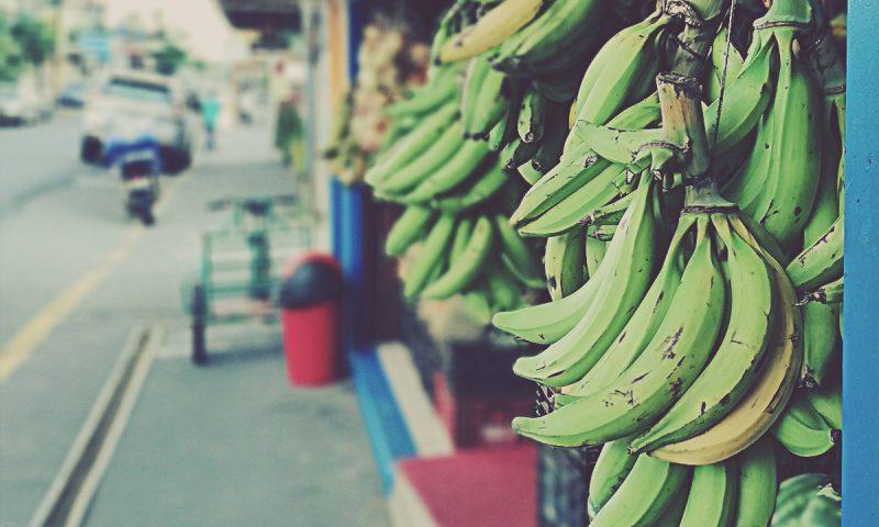 Plátanos en una calle en Costa Rica