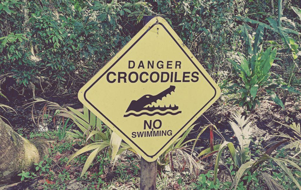 Aviso de cocodrilos en Tortuguero. Costa Rica